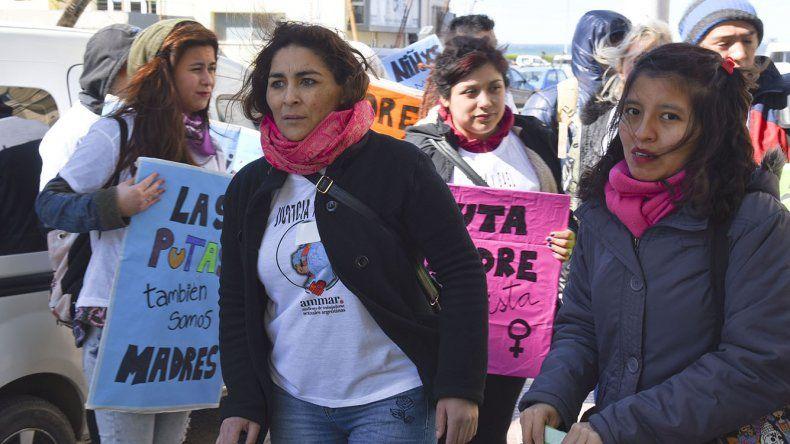 Brenda Siqueira denunció ayer que la juez de Familia Marta Nieto le quitó la custodia de su hijo de 3 años y que hay otros casos en los que se entregan directamente los menores a familias determinadas.