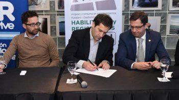 firman un convenio para fortalecer en comodoro alojamientos turisticos y servicios gastronomicos