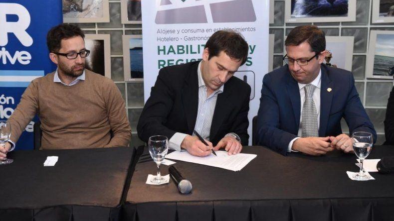 Firman un convenio para fortalecer en Comodoro alojamientos turísticos y servicios gastronómicos