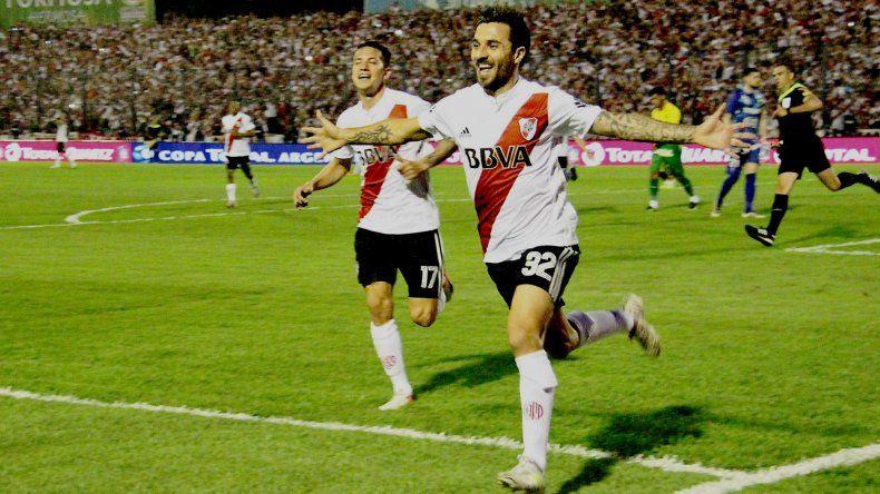 Ignacio Scocco festeja su segundo gol con Carlos Auzqui anoche en Formosa.