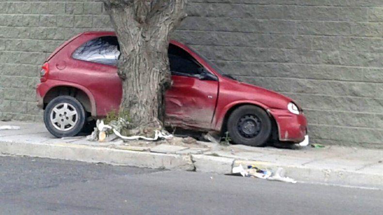 Terminó incrustado en un árbol y dejó abandonado el vehículo