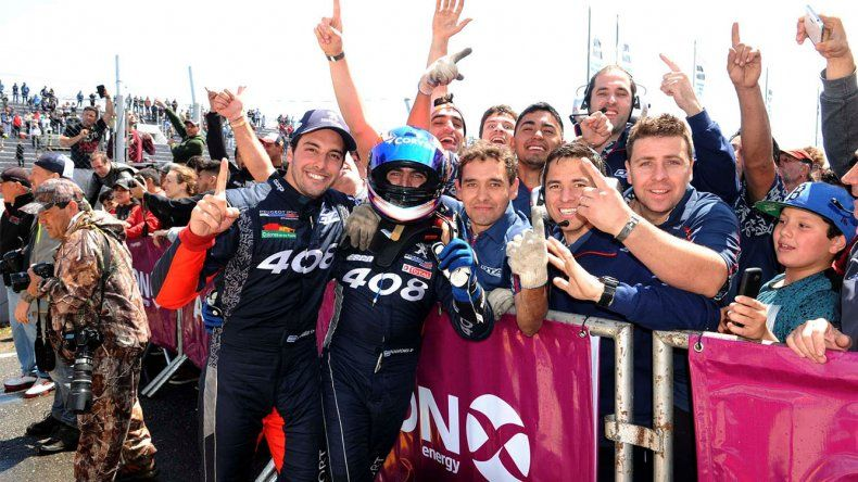 La dupla ganadora del TC2000 festeja con la gente ayer en Alta Gracia