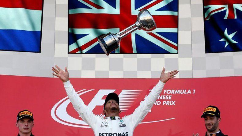 El británico Lewis Hamilton celebra su triunfo en el podio del Gran Premio de Japón.