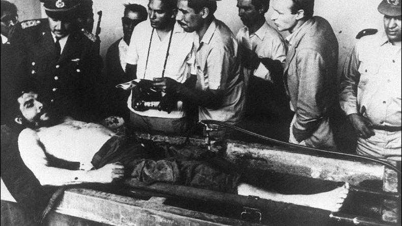 El cuerpo del Che exhibido en la lavandería del Hospital de Vallegrande