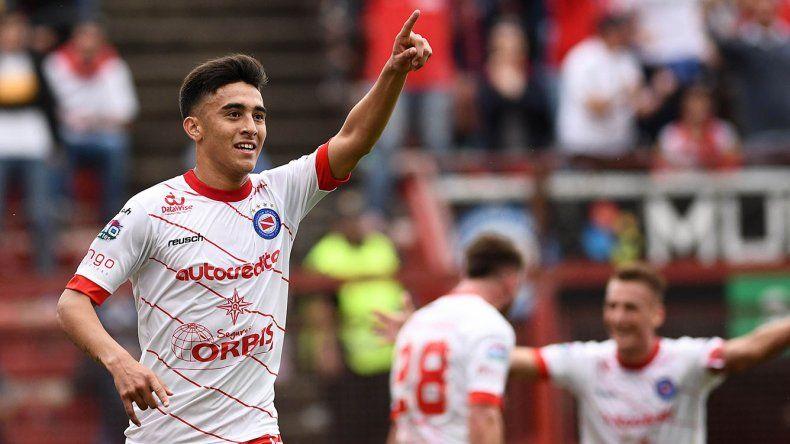 Nicolás González festeja el gol que le dio el triunfo a Argentinos Juniors ayer frente a Chacarita.