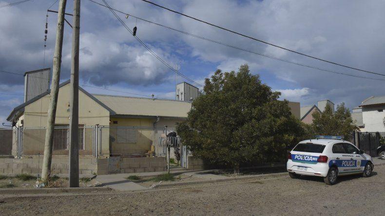 La policía ayer por la tarde inspeccionó la casa donde Alejandra Lezcano fue herida de un disparo.