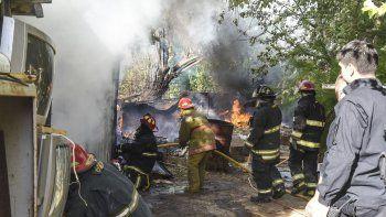 fueron a apagar un incendio de arboles y tuvieron que sofocar el fuego de un galpon