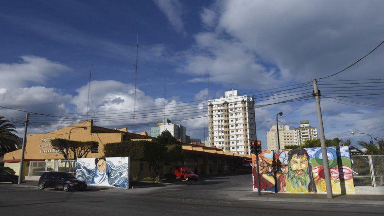 Javier Quintana hizo dos murales que piden  la aparición con vida de Santiago Maldonado e Iván Torres