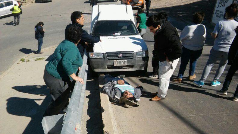 Estacionó sin freno de mano y lo atropelló su propia camioneta