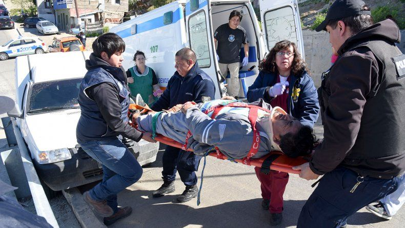 Un hombre fue atropellado por el utilitario que conducía. Fue al bajarse en una pendiente de calle Huergo.