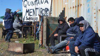 Los trabajadores aguardaban alguna respuesta del secretario de Pesca, Alexis Quintana, por quien pintaron un cartel en el acceso al puerto caletense.