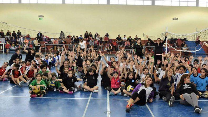 Más de 100 chicos participaron de un encuentro de minivoley