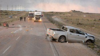 Tras derrapar y dar varias vueltas sobre su estructura, la Ford Ranger quedó en posición normal y seriamente dañada, en tanto que sus dos ocupantes fueron despedidos al pavimento.