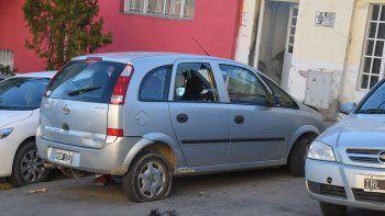 Una Chevrolet Meriva ayer sufrió importantes daños en la calle 25 de Mayo. Un grupo de jóvenes, que habría protagonizado el ataque, sindicó a su propietario por el robo de un celular.