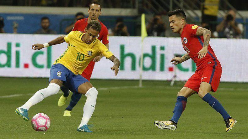 Neymar controla el balón ante la marca de Aránguiz. Brasil