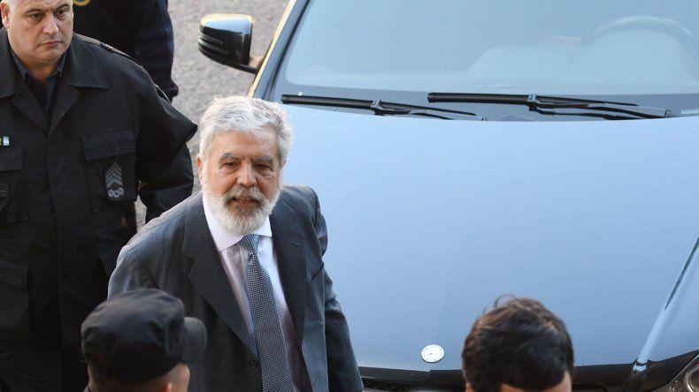 Julio De Vido al retirarse de los tribunales porteños.