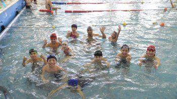 La natación de los Juegos Comunitarios se lleva a cabo en la pileta del Complejo Huergo.