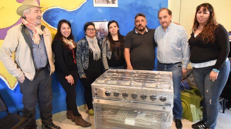 La Municipalidad entregó una cocina industrial a  la murga Soles y Lunas