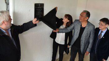 Las autoridades universitarias encabezadas por el rector Hugo Santos Rojas, junto al comisionado de fomento Jorge Soloaga, descubrieron una plaqueta en el acceso a las instalaciones del Centro de Investigación.