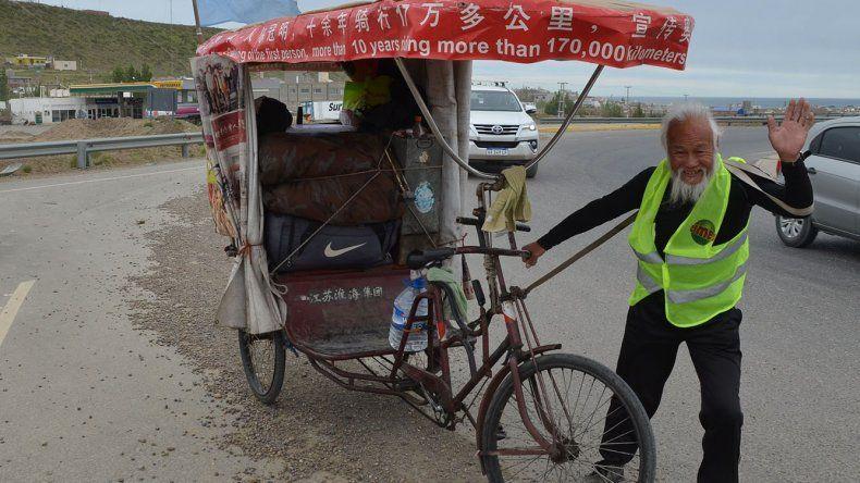 El ya legendario raidista chino Ghen Guan Ming partió ayer desde Caleta Olivia con destino a Ushuaia en su carrito–triciclo con el que recorre el mundo.