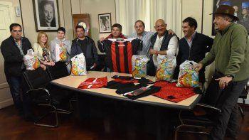 el municipio dio indumentaria deportiva al club de veteranos de maximo abasolo
