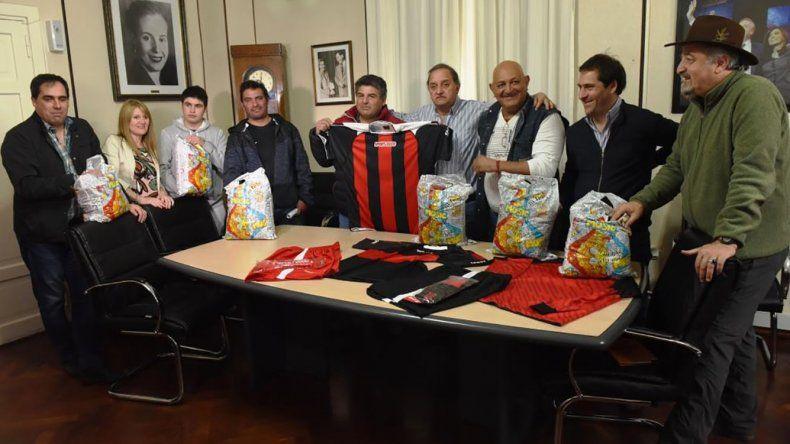El municipio dio indumentaria deportiva al club de veteranos de Máximo Abásolo