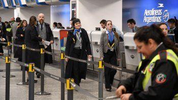 Más de una veintena de vuelos de Aerolíneas Argentinas que debían partir en las primeras horas de ayer desde el aeroparque metropolitano fueron cancelados debido a asambleas que realizan trabajadores aeronáuticos en reclamo de un aumento salarial.