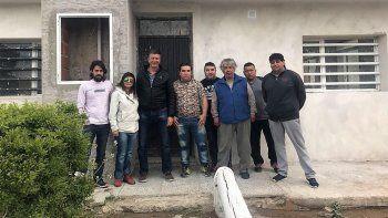 Gustavo Menna junto a vecinos de Laprida. Hoy participará del último timbreo previo a las elecciones.