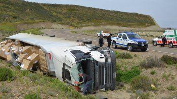 El camión y el semirremolque quedaron recostados en un zanjón natural de escurrimiento de aguas de lluvia y la carga de equipos de aire acondicionado se esparció sobre el terreno.