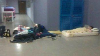 En esta imagen viralizada por redes sociales y páginas web de medios  periodísticos se observa a un grupo de chicos durmiendo en el suelo, en  galerías de la Escuela de Policía.