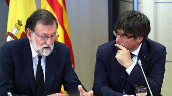 Mariano Rajoy y Carles Puigdemont en tiempos de mejores relaciones entre el gobierno central de España y el de la región de Cataluña.