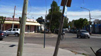 Varios postes de madera emplazados en la esquina de las calles José Hernández y Ceferino Namuncurá tienen un peligroso grado de inclinación.