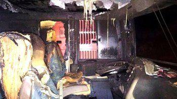 El fuego destruyó numerosas butacas ubicadas en la parte delantera de uno de los micros y afectaron parcialmente a otra unidad estacionada de manera contigua.