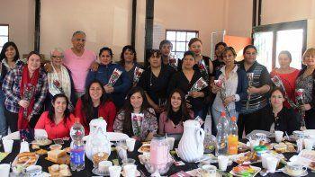 Al concluir el acto protocolar, las madres de Cañadón Seco fueron agasajadas con un desayuno por el comisionado de fomento, Jorge Soloaga.