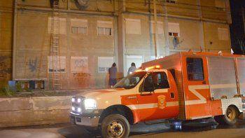 Varias unidades de bomberos llegaron en pocos minutos hasta el edificio donde se produjo la emergencia.
