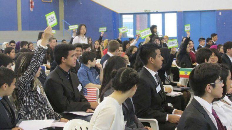 Alumnos de las escuelas secundarias de Puerto Madryn realizarán un debate como si estuvieran en las Naciones Unidas.