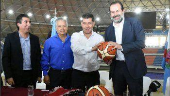 Federico Susbielles –derecha– durante su encuentro que mantuvo en el Superdomo de La Rioja, que será sede de las Eliminatorias para el Mundial de básquetbol que se jugará en China.