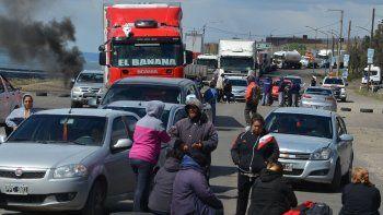 No entra ni sale nadie. El contrapiquete de camioneros agravó el bloqueo que impusieron los trabajadores municipales en el acceso norte de Caleta Olivia.