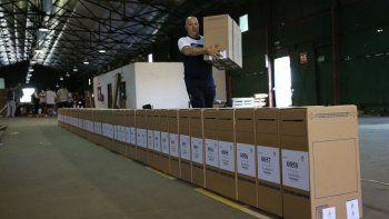 En los distintos distritos electorales ya comenzó el traslado de urnas hacia el Correo Argentino para su distribución a los lugares de votación.