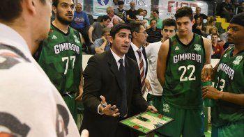 El entrenador Martín Villagrán durante un pedido de minuto.