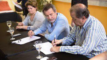 El intendente Carlos Linares encabezó el acto licitatorio.