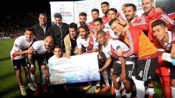 El plantel de River con el cheque que ganó tras clasificarse para las semifinales de la Copa Argentina.