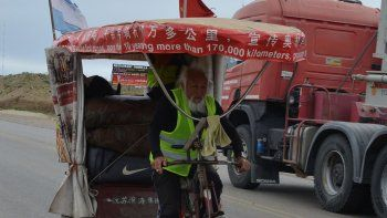Su paso por Caleta Olivia. La emblemática figura de Ghen Guan Ming con su triciclo será recordada por mucho tiempo por su espíritu aventurero.