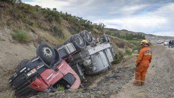 El camión transportador de cemento cayó a un zanjón luego de esquivar a otro rodado pesado que estaba volcado.