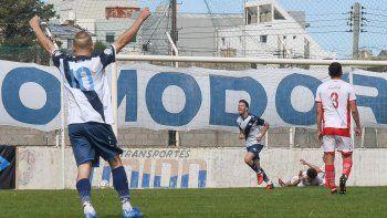 Vladimir Covalschi marca el segundo gol del partido ayer en el clásico que Newbery le ganó como local 2-1 a Huracán.