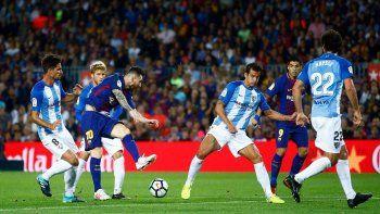 El mejor futbolista del mundo Lionel Messi prueba un remate al arco del Málaga.