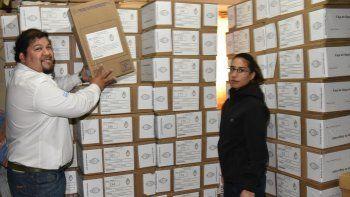 Con custodia policial, el empleado de la sucursal Caleta Olivia del Correo Argentino, Luciano Vega, acomoda una de las 145 urnas que ayer comenzaron a ser enviadas a los centros de votación de esta misma ciudad.
