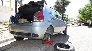 El Fiat Palio que fue blanco del robo ayer a la madrugada en el barrio San Martín Este de Kilómetro 3.