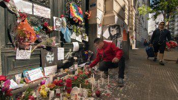 Gran cantidad de gente se acerca a la morgue judicial para rendir homenaje a Santiago Maldonado.