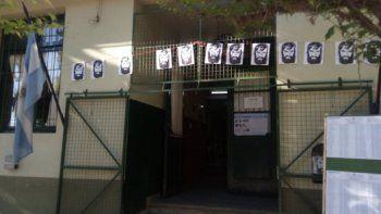 asi amanecio la escuela donde debia votar santiago